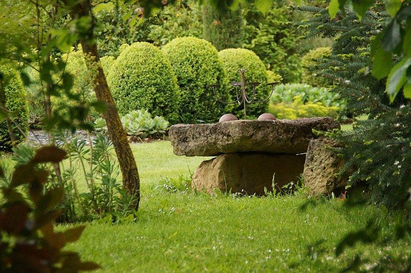 Jardin contemporain et table en pierre du sable - Jardin contemporain photos ...